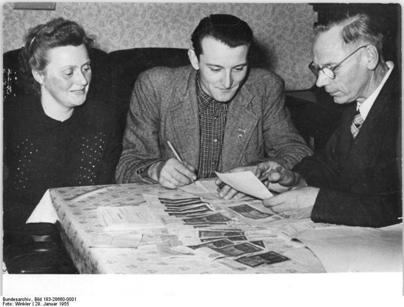 789px-Bundesarchiv_Bild_183-28660-0001,_LPG_Schönberg,_Lohnauszahlung